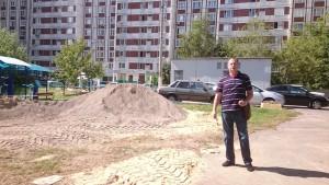 депутат Абрамов-Бубненков на месте проведения ремонтных работ во дворе домов № 128 корпус 1 и 2 на Варшавском шоссе