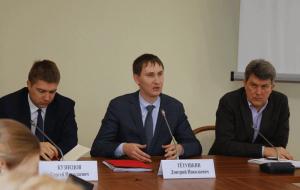 Дмитрий Тетушкин (на фото в центре) сообщил, еще три госуслуги в сфере землепользования в Москве переведены в электронный вид