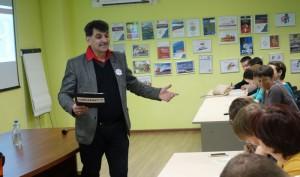 «Знаю, что мои стихи диктовали в одной школе ребятам, но сам я диктую текст впервые», – отметил поэт и киноактер Владимир Вишневский