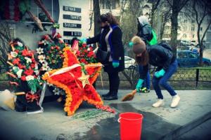 Акция «Чистый памятник» прошла в районе Чертаново Северное в рамках общегородского субботника