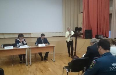 Александр Демин (в центре) подвел итоги благоустройства в районе