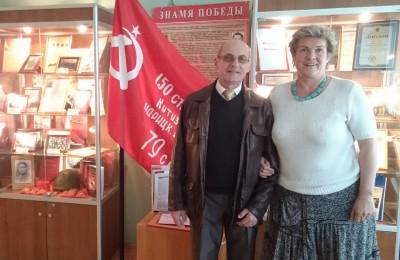 Депутат Лебедев и Наталия Ширяева на фоне копии знамени Победы