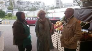 Депутаты Гладышева и Лебедев разговариваю с продавцом