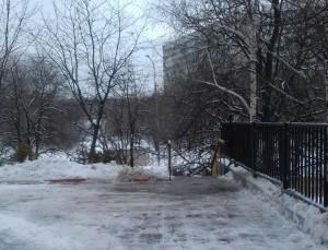 Очищенная от снега дворовая территория