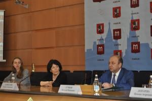 Руководитель Департамента национальной политики и межрегиональных связей Москвы Виталий Сучков (справа)