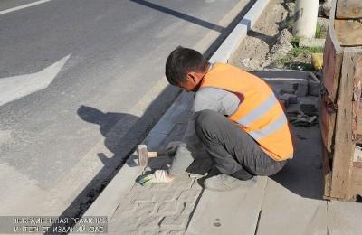Работы по обновлению тротуара в Южном округе