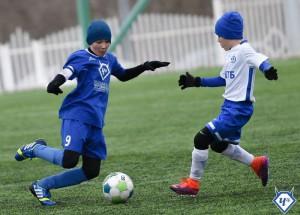 Юные жители района играют в футбол