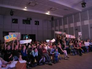 Ребята поддержали участниц конкурса плакатами и кричалками