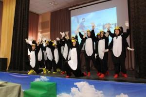 Ребята станцевали в костюме пингвинов под тематическое видео