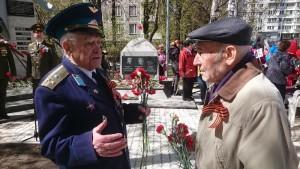 Бывший полковник авиации Георгий Сибиренко у памятника