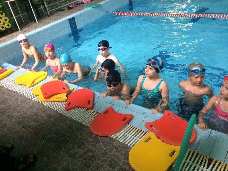 Урок по плаванию провели для ребят из летней смены