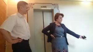 Депутат Татьяна Киркова показала главе управы района Чертаново Северное ход работ по благоустройству лицея №1158