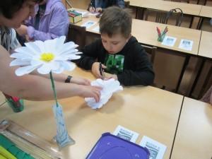 Мастер-класс по созданию ромашки провели в библиотеке №151