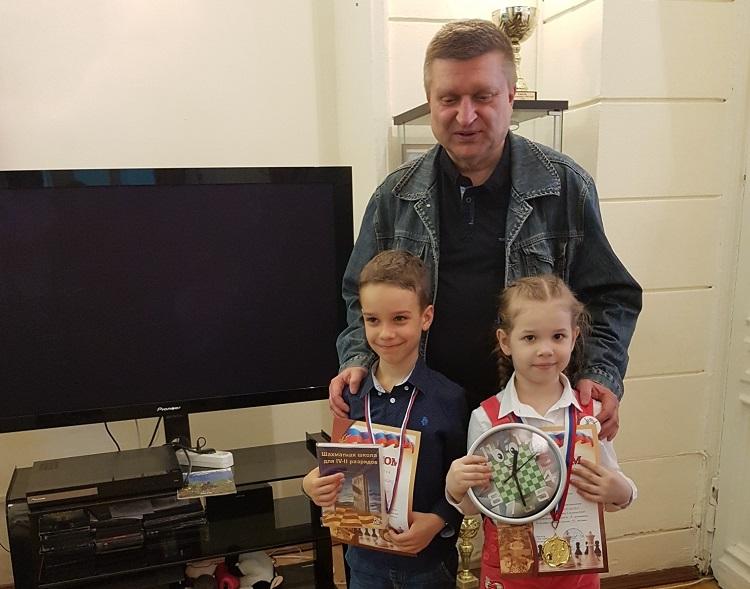 Елизавета Литвиненко и Александр Костров с тренером Александром Деминым