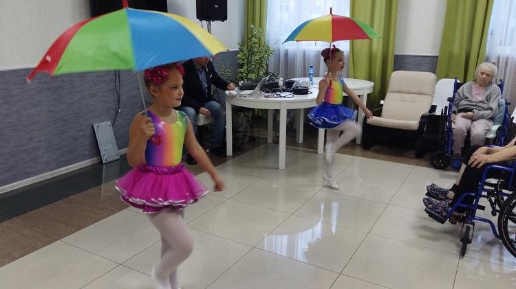 """Танцоры ансамбля """"Весенний каприз"""""""